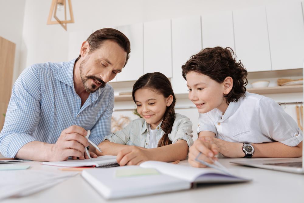 Un père est en train d'aider son enfant en mathématiques à l'aide de Yokimi