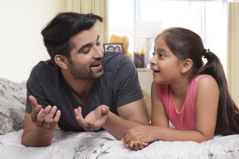 Un père discute avec sa fille de ses difficultés en mathématiques pour l'aider : ils vont utiliser Yokimi